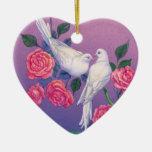 Dos palomas y flores en un corazón ornamentos de reyes