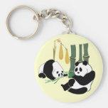 Dos pandas lindas comen el bambú en bosque tropica llaveros personalizados
