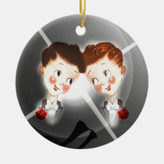 Dos pares de los hombres gay en vintage adorable adorno navideño redondo de cerámica