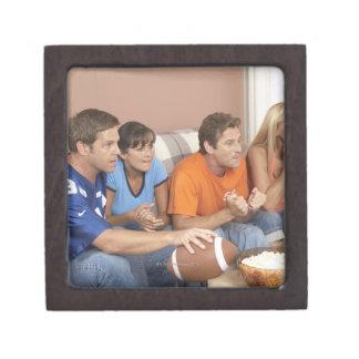 Dos pares que miran fútbol en sala de estar caja de regalo de calidad