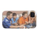 Dos pares que miran fútbol en sala de estar vibe iPhone 4 carcasa