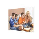 Dos pares que miran fútbol en sala de estar impresiones en lienzo estiradas