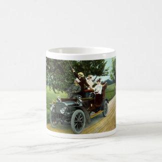 Dos pares que viajan en automóvili el vintage 1910 taza de café