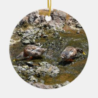 Dos patos adorno navideño redondo de cerámica