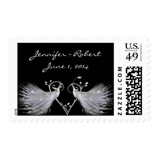 Dos pavos reales y monogramas blancos del corazón sello postal