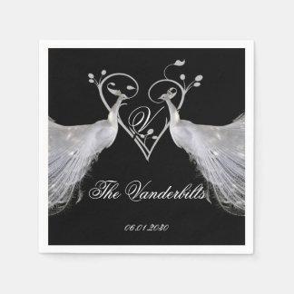 Dos pavos reales y monogramas blancos del corazón servilleta de papel