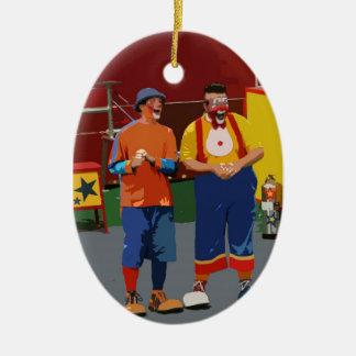 Dos payasos cartooned colores brillantes adorno navideño ovalado de cerámica