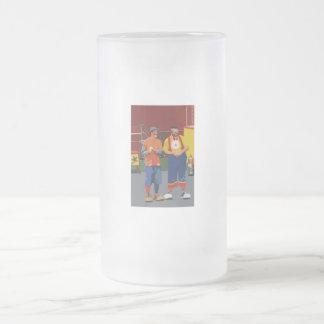 Dos payasos cartooned colores brillantes jarra de cerveza esmerilada