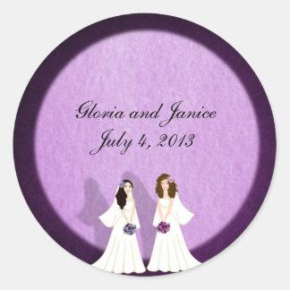 Dos pegatinas lesbianos del personalizado del boda pegatina redonda