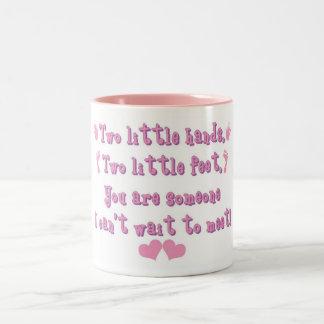 Dos pequeñas manos taza de café de dos colores