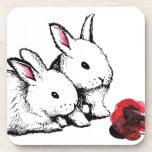 Dos pequeños conejos blancos posavasos de bebidas