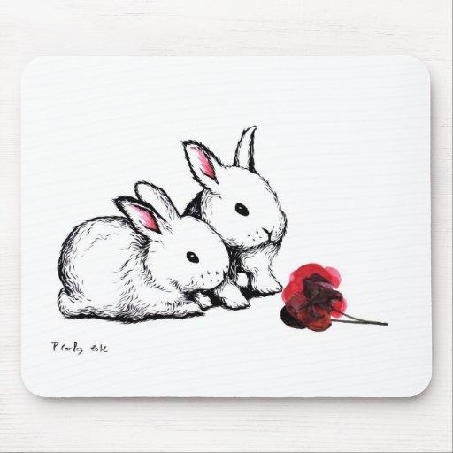 Dos pequeños conejos blancos tapete de ratones