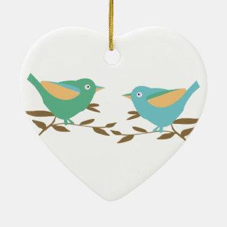 Dos pequeños pájaros adorno navideño de cerámica en forma de corazón