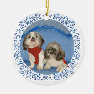 Dos pequeños perritos del rescate de Shih Tzu Adorno Navideño Redondo De Cerámica