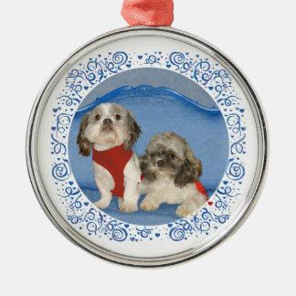 Dos pequeños perritos del rescate de Shih Tzu Adorno