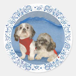 Dos pequeños perritos del rescate de Shih Tzu Pegatina Redonda