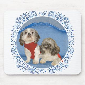 Dos pequeños perritos del rescate de Shih Tzu Tapete De Ratones