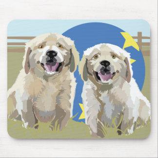 Dos perritos de oro felices alfombrilla de raton