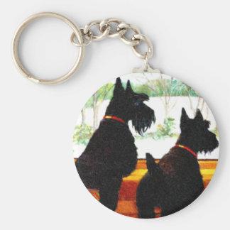 Dos perros del escocés que esperan a Papá Noel Llaveros