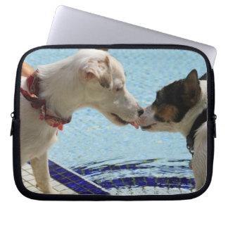 Dos perros que se besan en el poolside fundas ordendadores