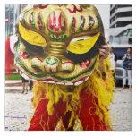 Dos personas en el traje chino del dragón, Qingdao Azulejo Cuadrado Grande