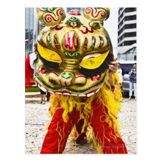 Dos personas en el traje chino del dragón, Qingdao Tarjeta Postal