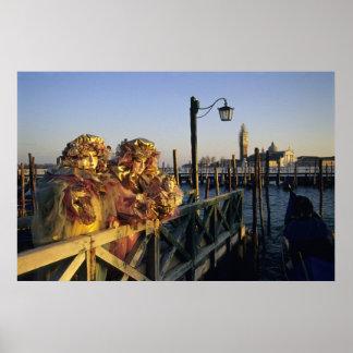 Dos personas en máscaras del carnaval, Venecia (It Posters
