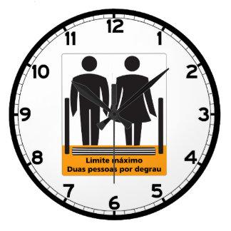 Dos personas por la muestra del paso, el Brasil Reloj Redondo Grande