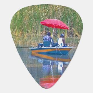Dos pescadores en el lago púa de guitarra