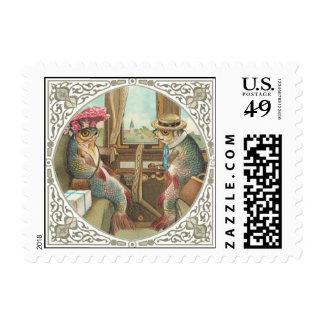 Dos pescados antropomorfos en un tren timbres postales