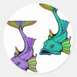 Dos pescados coloridos pegatinas redondas