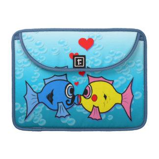 Dos pescados que se besan, escena subacuática funda para macbook pro