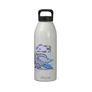 Dos pescados y conchas de berberecho botella de agua