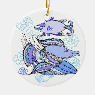 Dos pescados y conchas de berberecho ornato