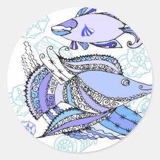 Dos pescados y conchas de berberecho pegatina redonda