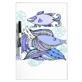 Dos pescados y conchas de berberecho pizarra blanca