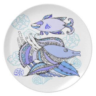 Dos pescados y conchas de berberecho plato para fiesta