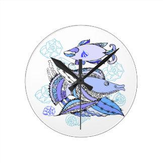 Dos pescados y conchas de berberecho reloj de pared