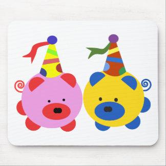 Dos piggies lindos en el tiempo del fiesta alfombrilla de raton
