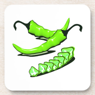 Dos pimientas de chile verdes una cortadas posavasos de bebida