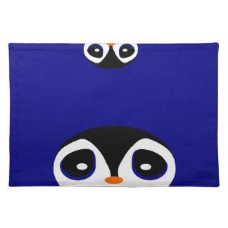 Dos pingüinos del dibujo animado que juegan ojeada mantel