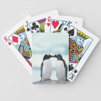 Dos pingüinos que tocan los picos cartas de juego