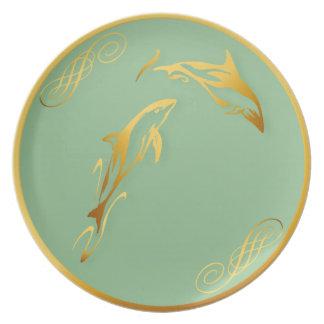 Dos placas de los delfínes del oro platos de comidas