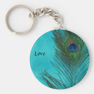 Dos plumas del pavo real de la aguamarina llavero redondo tipo pin