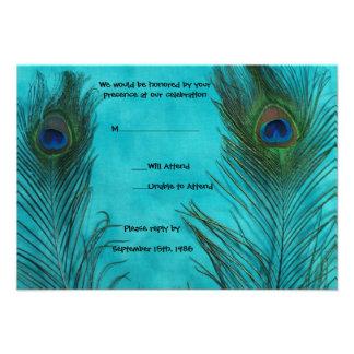 Dos plumas del pavo real de la aguamarina que casa invitación