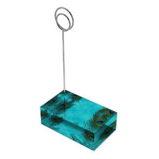 Dos plumas del pavo real de la aguamarina soporte para tarjeta de mesa