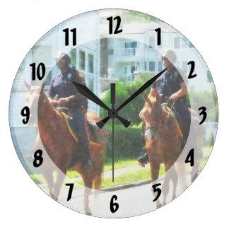 Dos policía montada reloj redondo grande