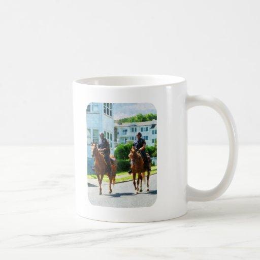 Dos policía montada tazas de café