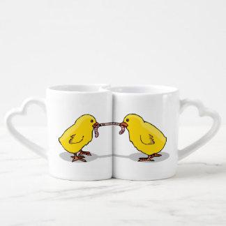 Dos polluelos y un gusano tazas amorosas
