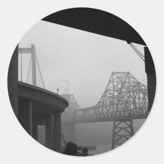 Dos puentes en un pegatina de la niebla